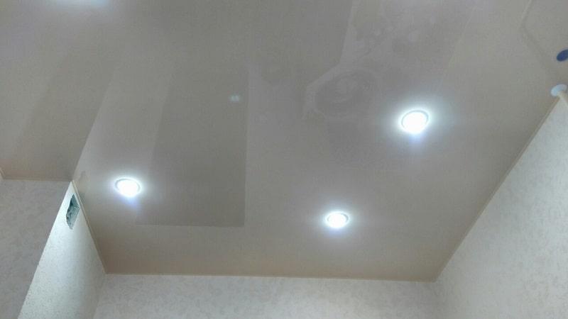Глянцевый натяжной потолок №13
