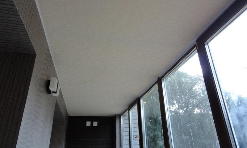 Натяжной потолок на балконе №6