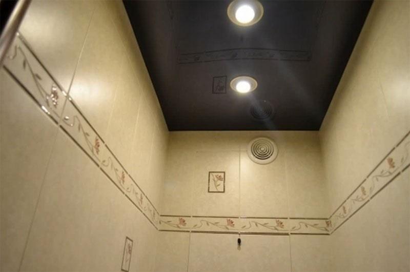 Натяжной потолок в туалете №3