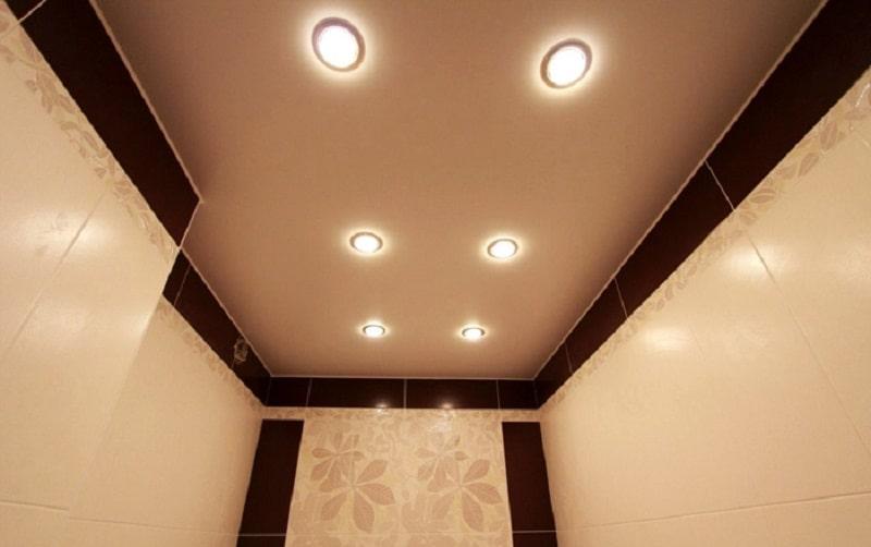 Натяжной потолок в туалете №4